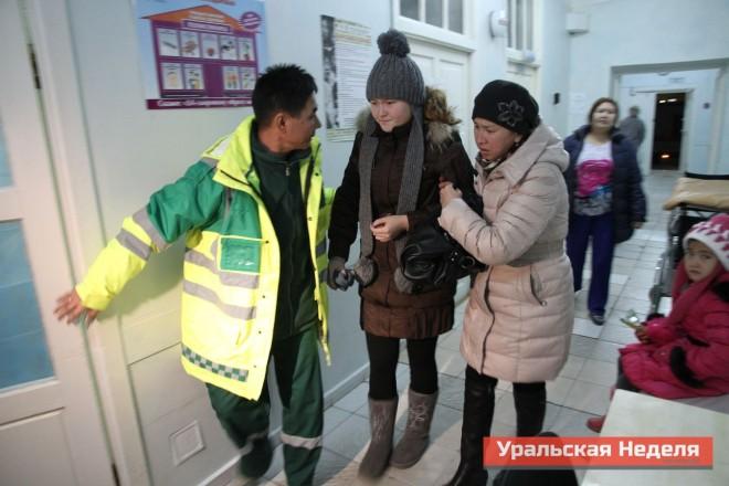 Вечером 28 ноября, бригады скорой помощи продолжали доставлять в ЦРБ пострадавших жителей села Березовка. Снимок сделан в 19:26 ч. 28 ноября