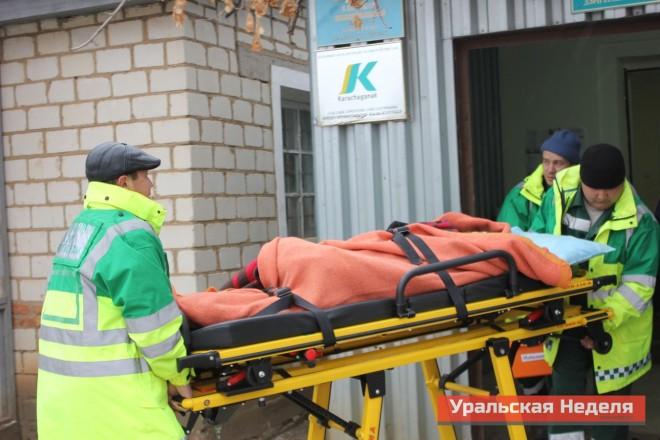 """Утром 4 декабря из Березовки в центральную районную больницу были госпитализированы трое детей. На снимке бригада """"Скорой помощи"""" выносит из местного медпункта местную школьницу, которая потеряла сознание во время урока."""