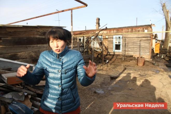 Бибигуль Зинеденова в растерянности не знает, куда обращаться за помощью. Все что осталось от ее жилья - это деревянная  входная дверь в ее квартиру.