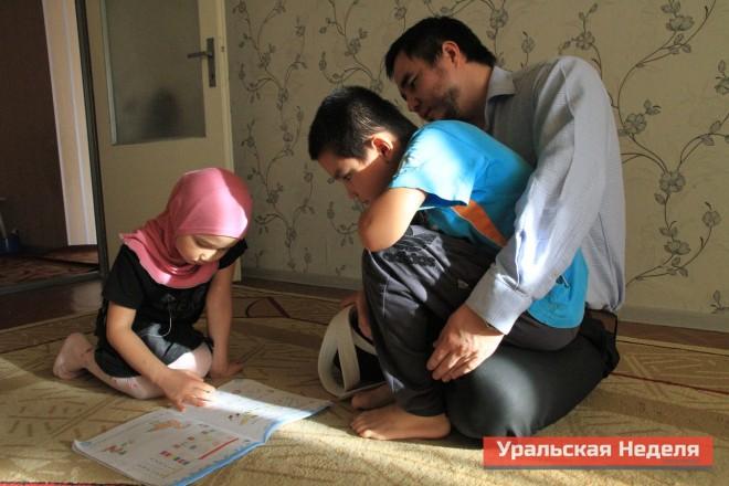 Отец семейства Азамат Кенжегалиев с сыном Солихом и с Билкис во время обеденного перерыва пришел домой и проверяет как дочь выполнила домашнее задание.