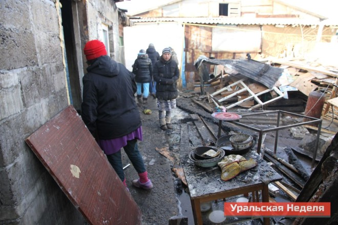 Жители дома пытаются найти среди пожарища сохранившиеся вещи