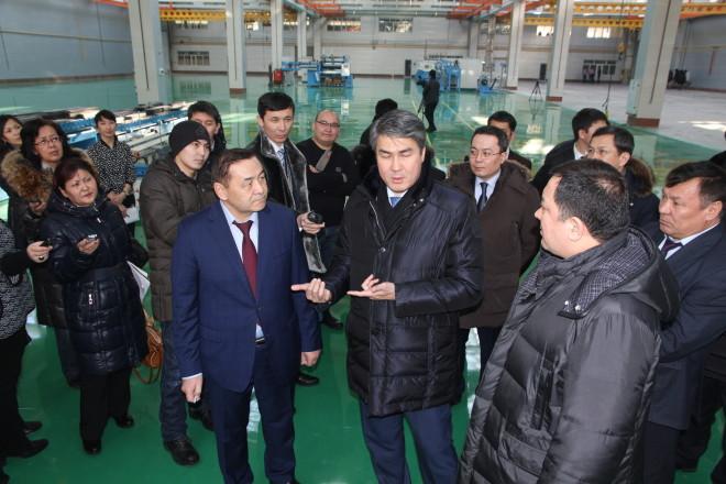 Асет Исекешев (в центре) во время визита на уральский трансформаторный завод.