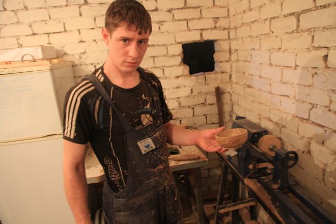 Финальная часть полировки - это обработка деревянным бруском, который придает изделию вид старинной вещи.