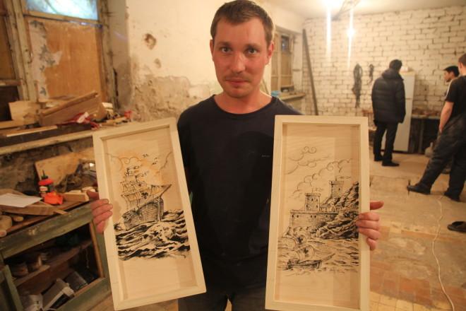 ... и один раз хорошо нарисовать. Алексей показывает рисунок на внутренней стороне доски.