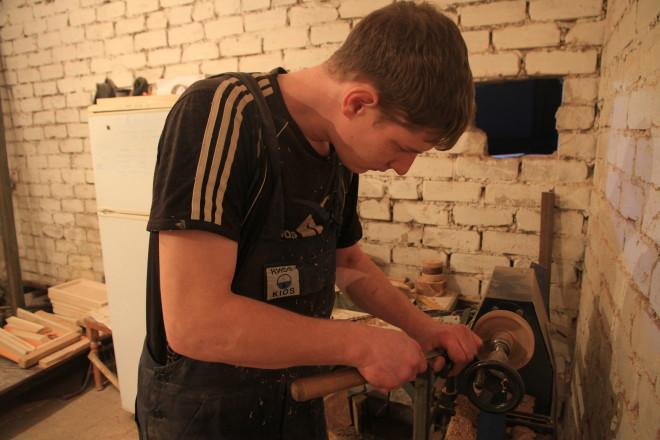 Из всех занятий в цеху Виктор пока овладел только вот этим - изготовлением деревянных пиалушек. Они станут частью одного сервиза, выполненного в национальном стиле.