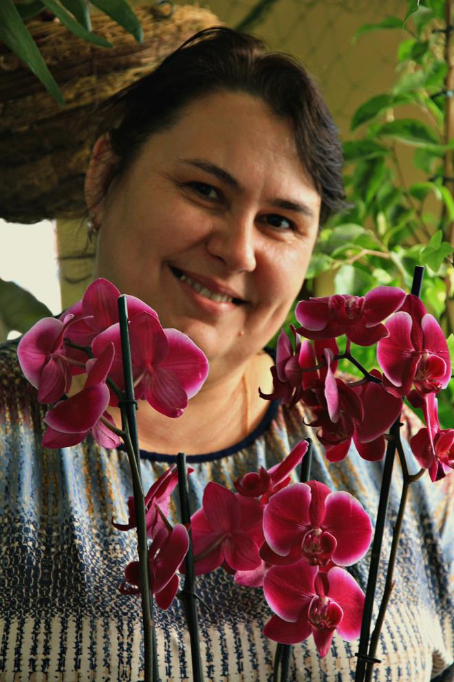 Поливать орхидею достаточно 1 раз в 10 дней. Принципиально важно чтобы горшок был прозрачный, так как фотосинтез осуществляется через корни цветка.