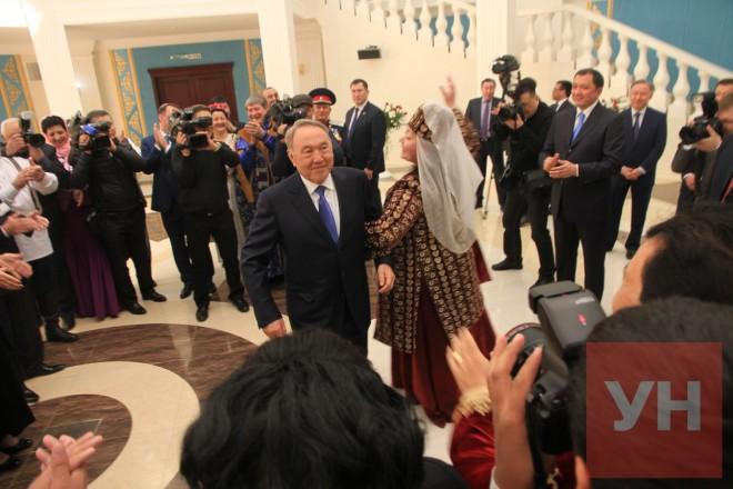 Представительница татарского культурного центра не стала много говорить и пригласила президента на танец.