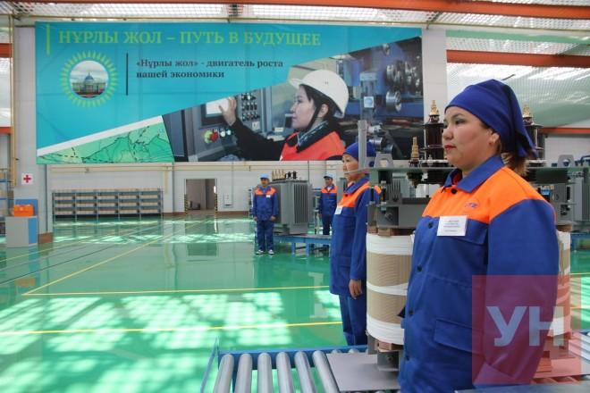 Работницы Уральского трансформаторного завода стоят в ожидании президента.