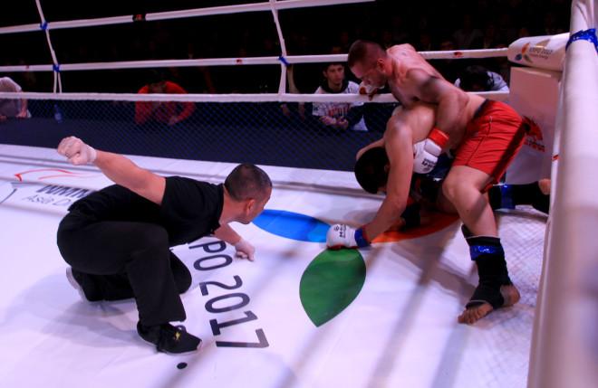В этом поединке также был назначен дополнительный раунд, по итогам которого победу одержал Андрей Смирнов.
