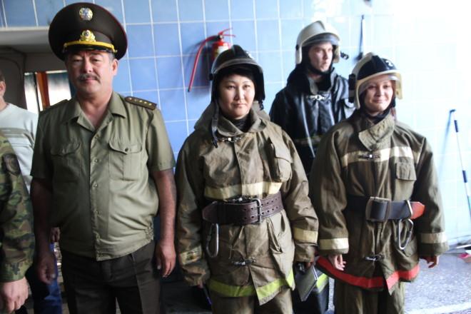 Утренний развод. Мы в строю с пожарными. Начальник пожарной части №2 подполковник Малаев Кайыржан Сагынгалиулы интересуется, все ли здоровы, готовы ли к несению службы?