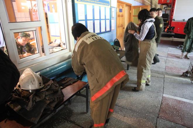 Едем на вызов. Одеться надо за 19 секунд, - говорят пожарные. Такого результата достигают не за один час тренировки.