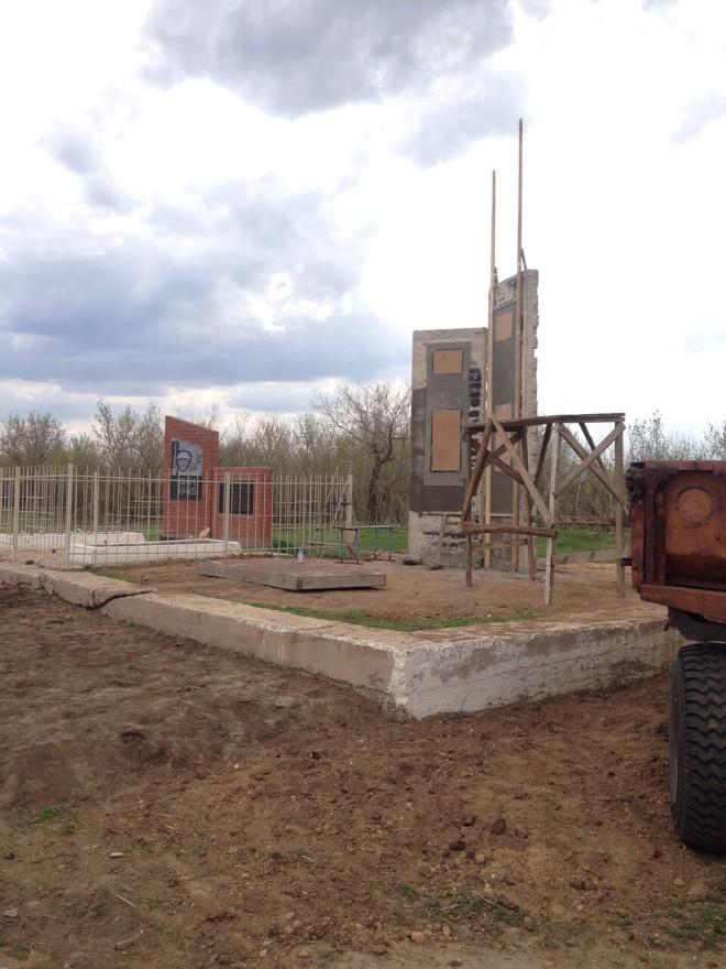 Место под мемориал выделили на месте разобранного здания старой конторы в центре села.