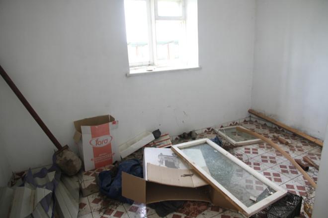 Внутри служебного здания нет ничего, что свидетельствовало бы о хозяйственной деятельности. разбросанные вещи и выбитые окна.