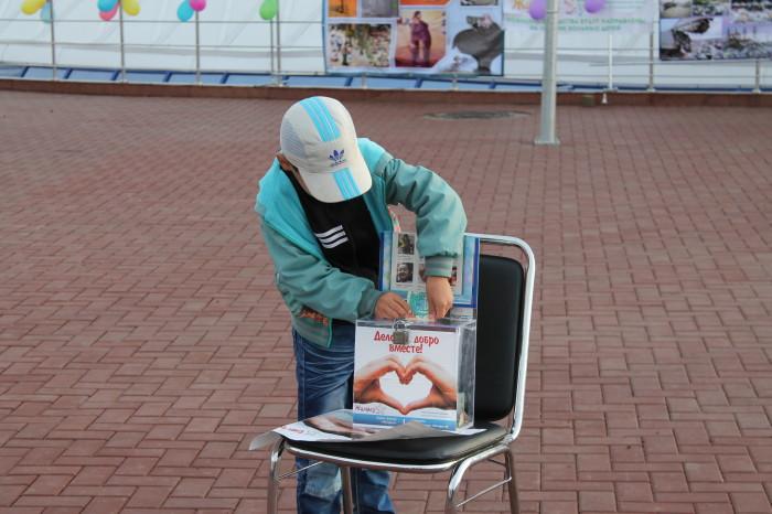 На площади стоял бокс фонда «Жулдыз» для сбора пожертвований. Каждый желающий мог внести любую сумму