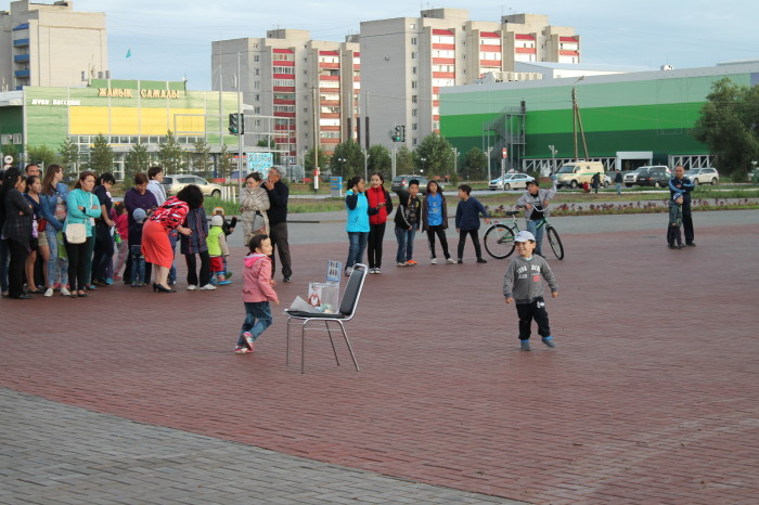 Насладиться концертом пришли бабушки с внуками, молодые пары с детьми. Маленькие зрители с удовольствием танцевали под песни выступающих
