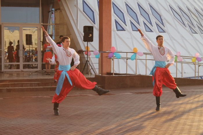 Больше всего оваций и зрительских «браво!» вызвал весёлый народный украинский танец
