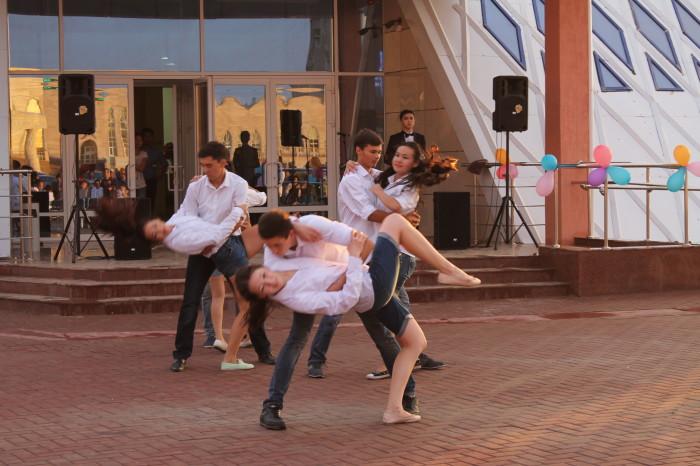 В конце ребята удивили всех музыкальным «миксом»: соединили классический вальс и танго, современные и народные элементы.  А также исполнили все вместе песню «Туган жерiм» на казахском и русском языках.