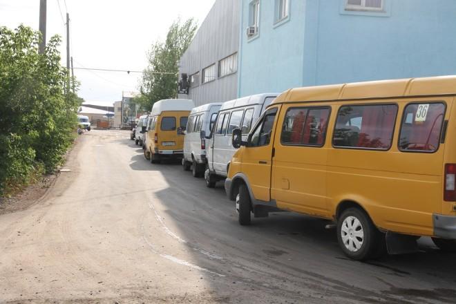 """Вечером 8 июля на газозаправке ТОО """"Тауекель"""" скопилось более 80 маршрутных газелей и автобусов, которые вынуждены были сойти с линии из-за отсутствия горючего - сжиженного газа."""