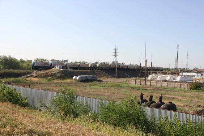 На подъездных железнодорожных путях стоят несколько железнодорожных цистерн, в которые перекачивается сжиженный газ. По словам начальника службы безопасности весь состав будет отправлен в Европу.