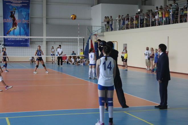 Аким ЗКО Нурлан Ногаев подаёт мяч