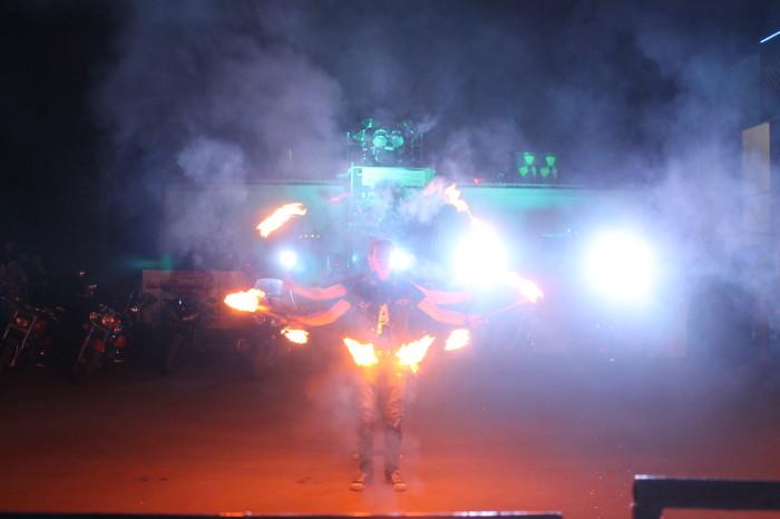Во всех смыслах «горячее» шоу показал самарский театр света и огня «Адреналин». Напрасны были предупреждения ведущих отойти от рамок на метр. Огненное шоу вызвало у уральцев особый восторг. «Молодцы!» - только и слышались выкрики зрителей.