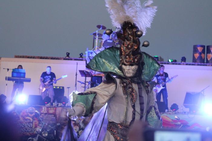 Артисты группы фрик-шоу «Эйфория» (г. Уральск) подарили зрителям самые разнообразные эмоции и впечатления. Ребята выступали в фантастических костюмах.