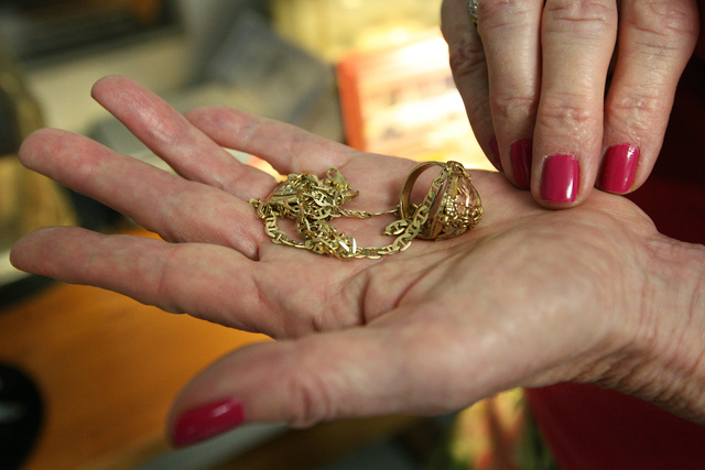 Aug. 19, 2011 - Bakersfield, CA, USA - Casey Christie / The Californian.Gail Magnus holds in the palm of her hand several articles of gold that she and others at Globe Loan deal with due to the recent jump in gold prices. (Credit Image: © b76/ZUMAPRESS.com/Global Look Press)