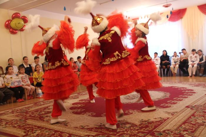 Когда включили свет, сироты детского дома показали гостям танец