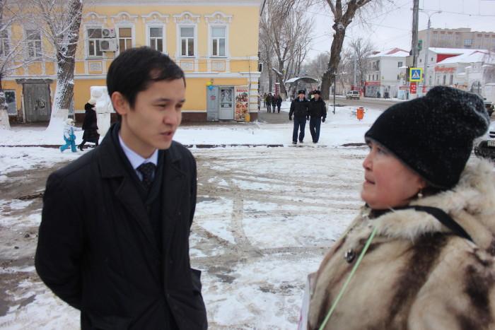 Через 15 минут после начала пикета, к Хасановой подошёл сотрудник акимата