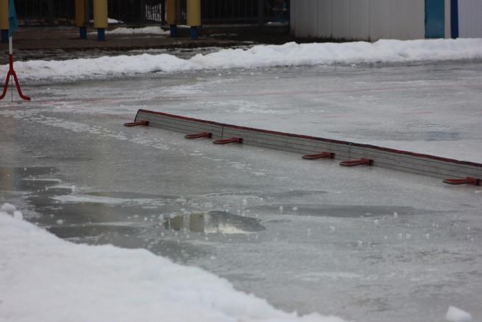 Кое-где лёд проваливался, оставляя мокрый след