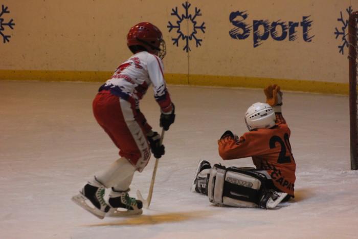 Хоккеист из Хромтау вгоняет победный мяч в ворота соперника