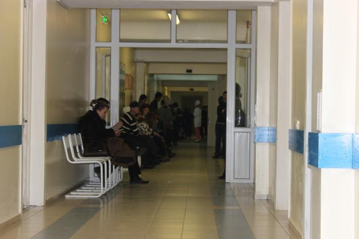 Люди, ожидающие очереди в кабинет травматолога