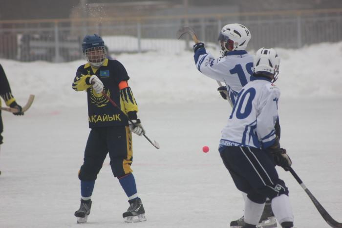 Искандер Нугманов принимает мяч