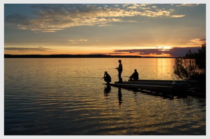 Рыбаки на озере фото