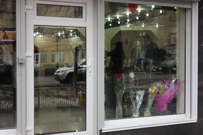 """Работницы салона красоты """"складируют"""" подаренные цветы рядом с витриной"""