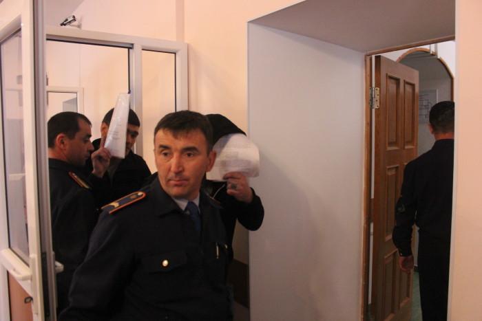 Осужденный закрывали лица от камер листами бумаги