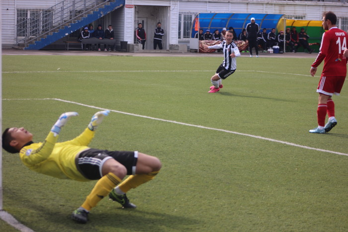 Нурболат Калменов, раздасадованный пропущенным мячом, падает на газон