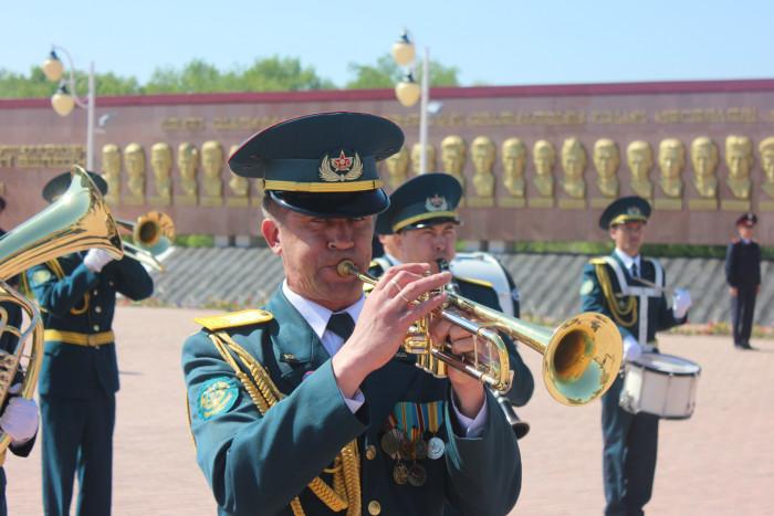 Оркестр открывал церемонию возложения цветов, отыграв гимн РК