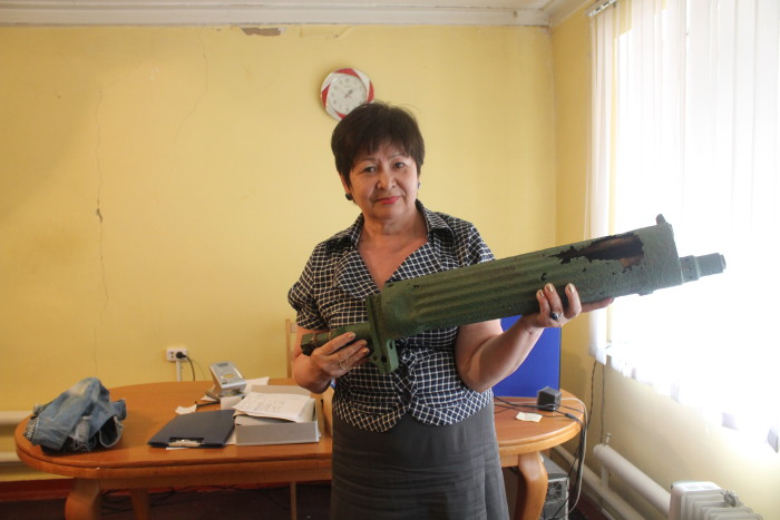 С. Бектеева держит в руках личный пулемет М. Маметовой