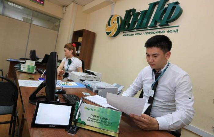 Специалисты спорят о том, можно ли доверить казахстанцам распоряжаться собственными накоплениями