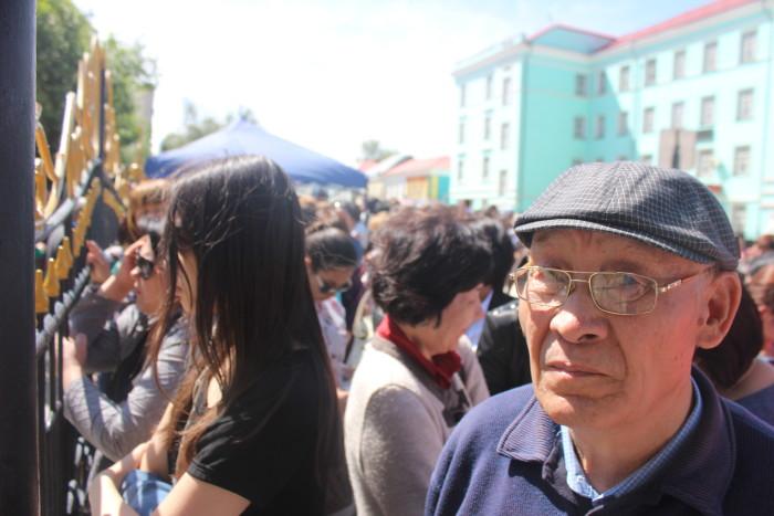 У стен ЗКГУ собралось около 100 человек родителей