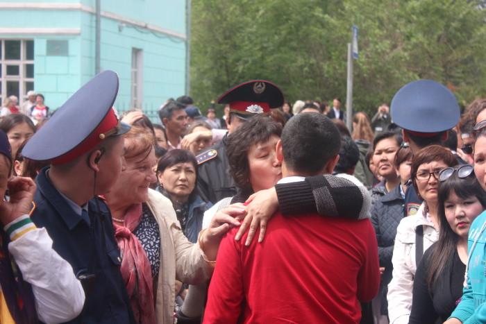 Родители и учителя, встречая выпускников, не сдерживали эмоций