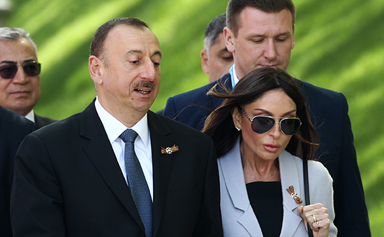 "MOSCOW, RUSSIA. MAY 9, 2015. Azerbaijan's president Ilham Aliyev (front) with wife Mehriban Aliyeva seen ahead of a flower laying ceremony at the Tomb of Unknown Soldier by Moscow's Kremlin Wall during celebrations marking the 70th anniversary of the Victory over Nazi Germany in the Great Patriotic War of 1941-1945. Stanislav Krasilnikov/TASS –осси€. ћосква. 9 ма€ 2015. ѕрезидент јзербайджана »льхам јлиев с супругой ћехрибан (на первом плане) перед началом церемонии совместного возложени€ цветов к ћогиле Ќеизвестного —олдата в јлександровском саду. —танислав  расильников/""ј——"