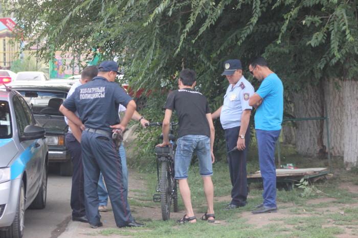 """Из-за """"жёлтого"""" уровня террористической угрозы, полицейские обыскивали даже велосипедистов."""