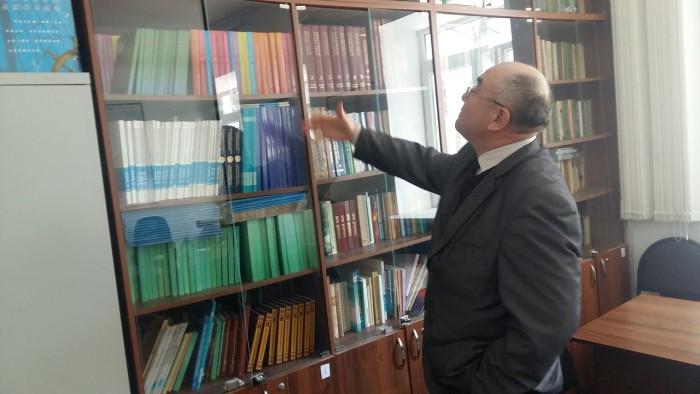 Ученный Серик Рамазанов не без гордости демонстрирует публикации сотрудников центра истории и археологии. Большинство этих работ под руководством подследственного профессора Мурата Сдыкова