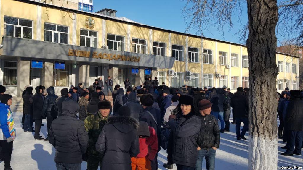 В Караганде сотни людей требовали объяснений от властей в связи с убийством в ресторане