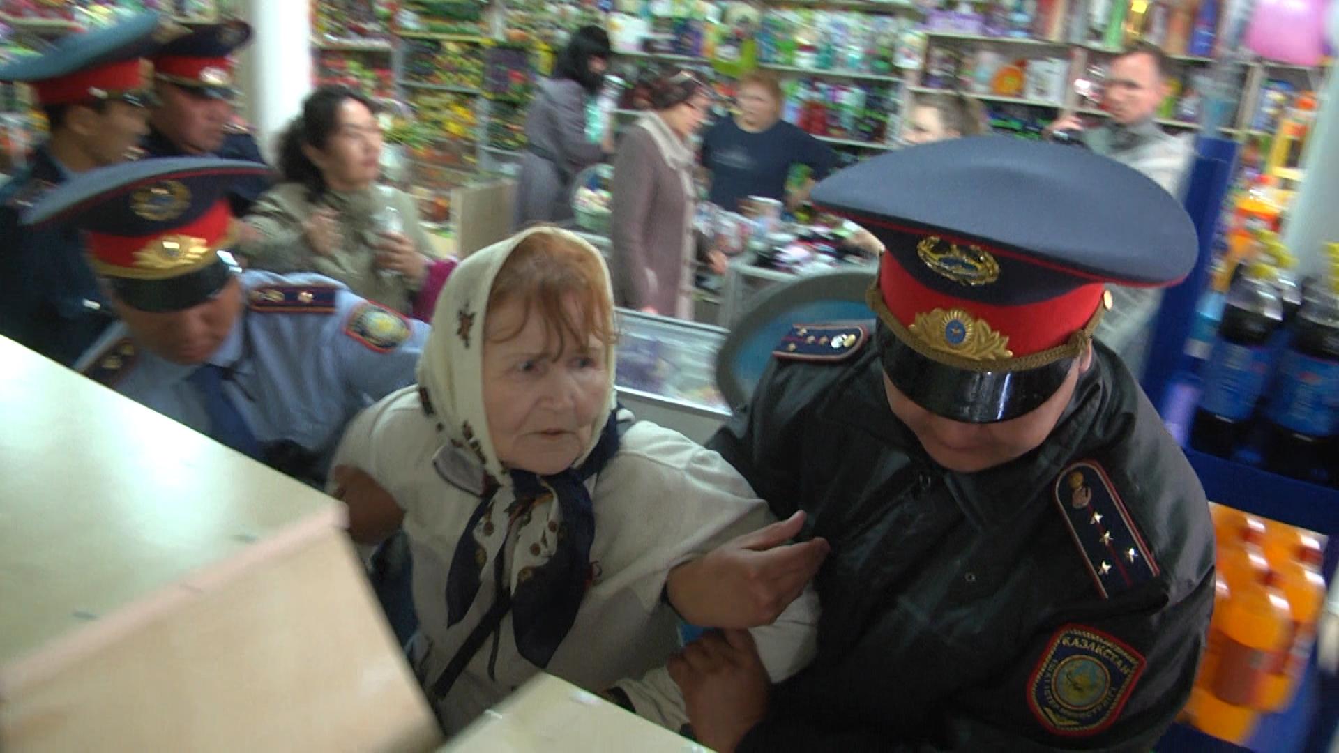 80-летнюю пенсионерку задержали без объяснения причин в Уральске