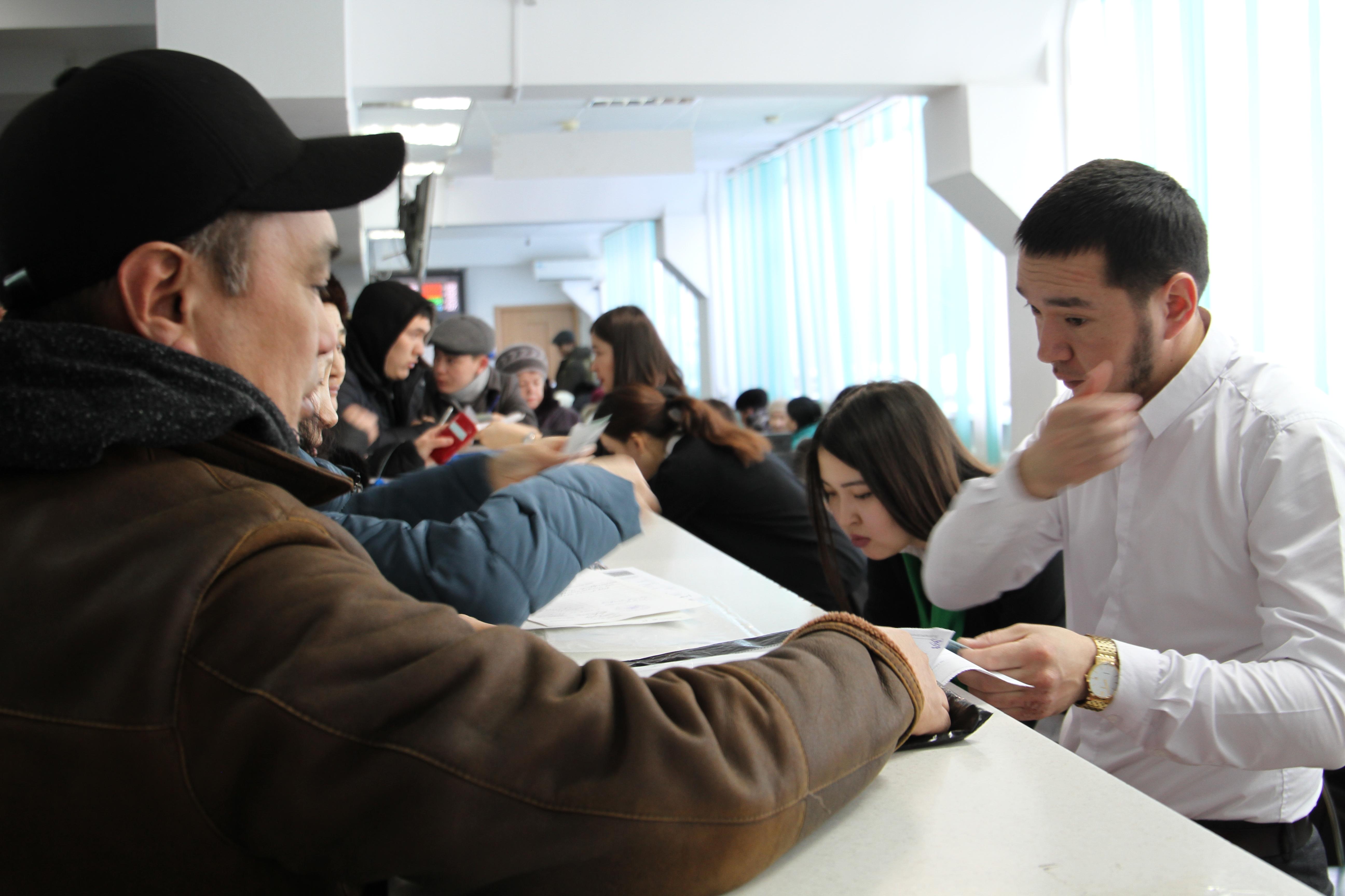 Жители Уральска возмущены работой ЦОН