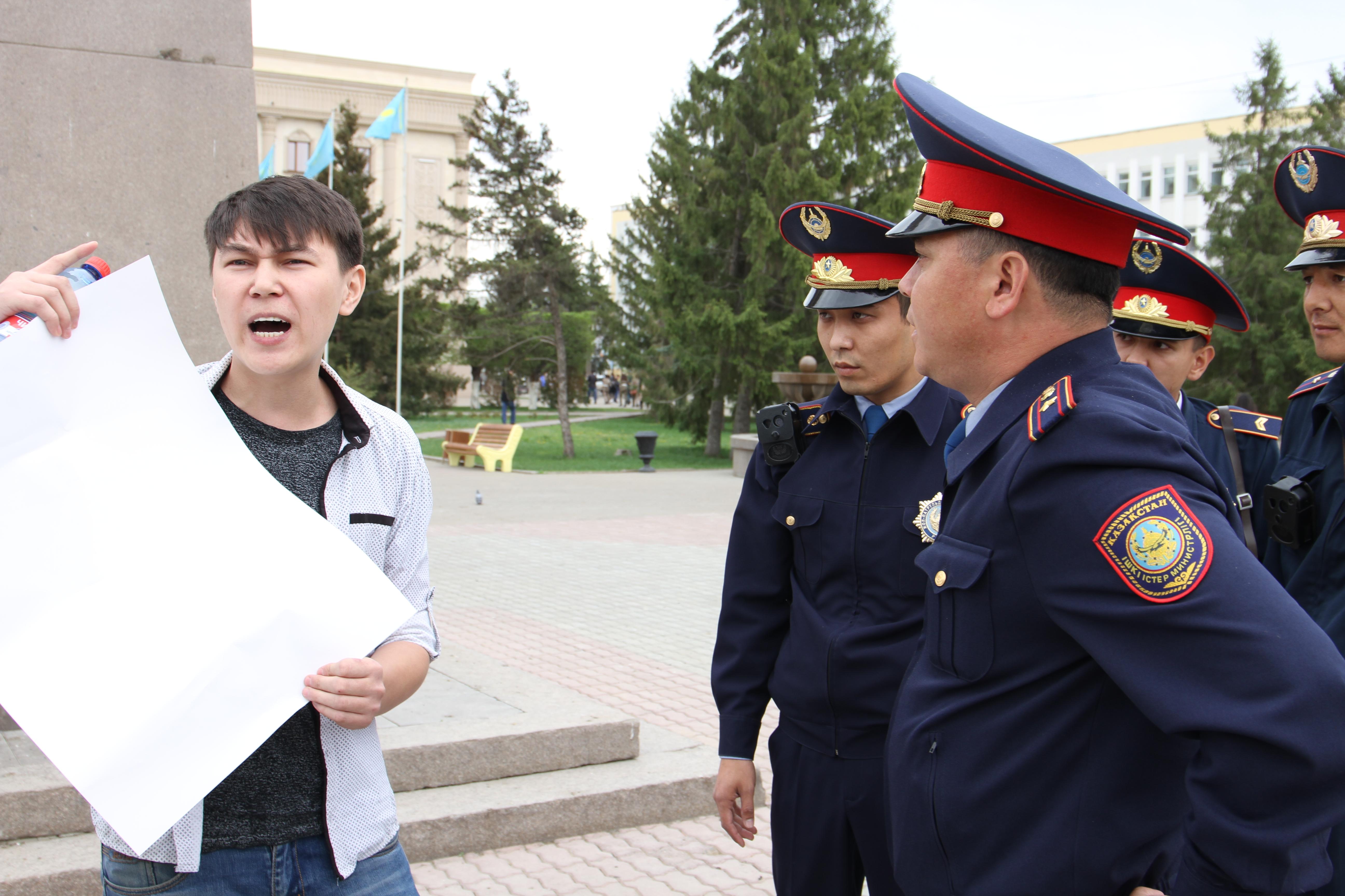 СМИ: в Уральске задержали молодого человека с плакатом без надписей
