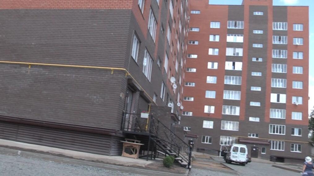 Жители нового дома в Уральске полгода сидят без света и газа